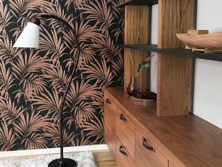 Bokhylla i valnöt och valchromat med läderhandtag. Det är alltid kul att återbruka möbler, vi byggde om en sideboard till att bl en vägghängd bokhylla.