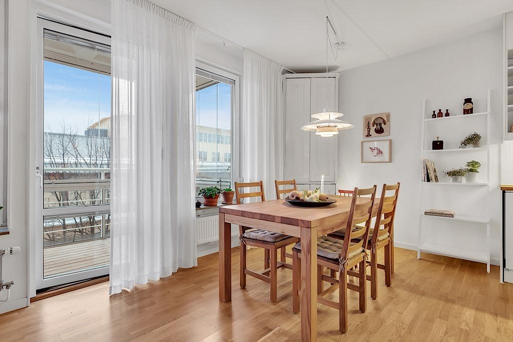 Homestyling av matrum inför försäljning  i samarbete med Skapa Inredning. Sickla Alle 11, Stockholm. Vi hjälper dig skapa stämningsfulla rum för att hitta rätt köpare till dig. Och önskar du själv hjälp med inredning till nytt nya boende så ordnar vi det också!