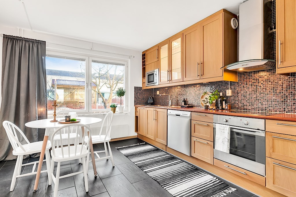 Homestyling av kök inför försäljning. I samarbete med Skapa inredning. Fyrspannsvägen 43, Jarlaberg. Vi hjälper dig skapa stämningsfulla rum för att hitta rätt köpare till dig. Och önskar du själv hjälp med inredning till nytt nya boende så ordnar vi det också!