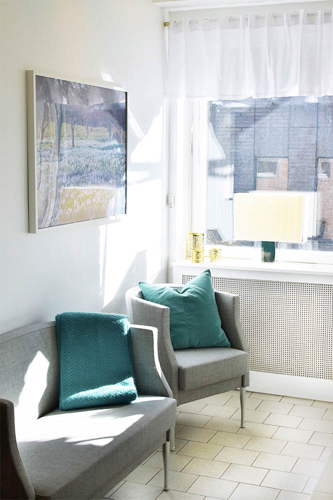 Väntrum, reception, fåtölj, soffa, kudde, lampa, Kartell, tavla, filt, vitt, ljust