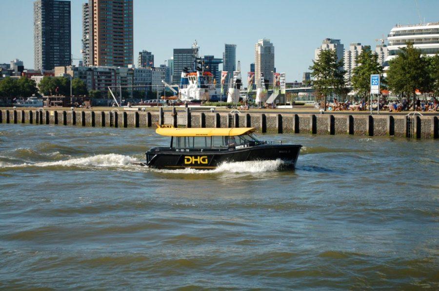 watertaxi op de maas in Rotterdam