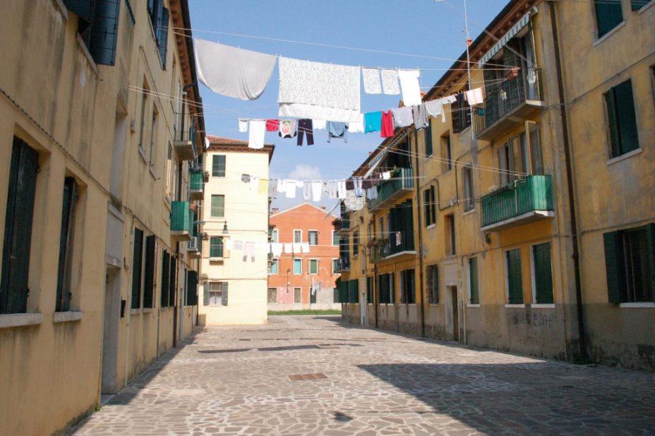 Steegje waslijnen tussen de huizen in de wijk Giudecca, Venetië