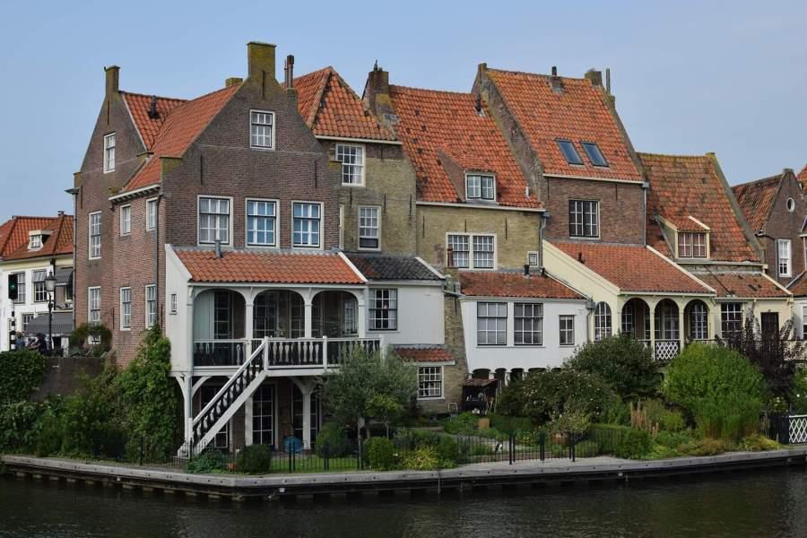 Huizen aan het water in Enkhuizen