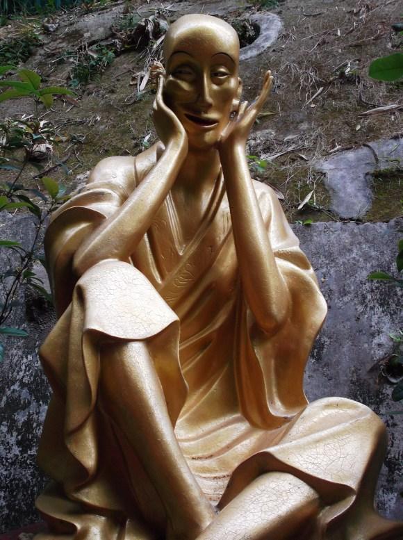 Estoy confundida como el Buda desorientado del templo de Los Diez Mil Budas en Hong Kong.