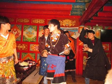Estos simpáticos jovenzuelos eran los encargados de amenizar nuestra velada auténticamente tibetana, como se puede apreciar en la foto.