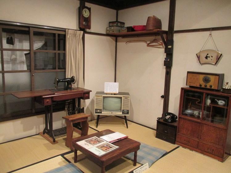 Sala de estar de una casa típica en Tokio, en el Shitamachi Museum.