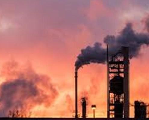 L'immagine evidenzia uno stabilimento petrolifero con un tramonto sullo sfondo.