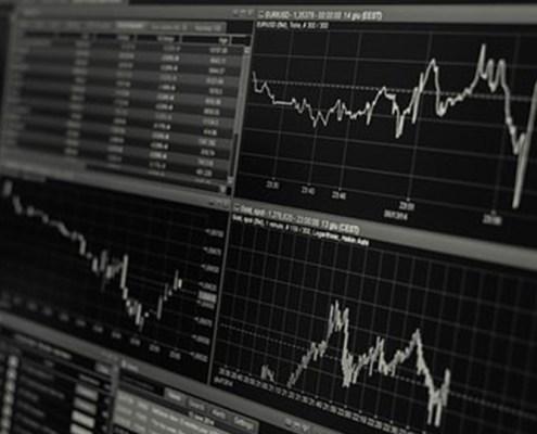 L'immagine evidenzia il monitor di un computer con un grafico che nello specifico rappresenta il mercato forex ed in particolare il mercato del cross Eur-Usd.