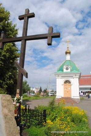 links vorn der Stein zum Gedenken der Opfer der Stalinära
