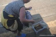 Fischverkäuferin an einer kleinen Station