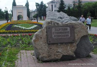 Gedenkstein für die Opfer des Stalinismus und Taraer Stadttor