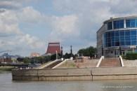 Mündung des Om in den Irtysch, im Hintergrund das Musiktheater