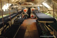 Und wie kriegen die die Torpedos neben den Kojen raus?