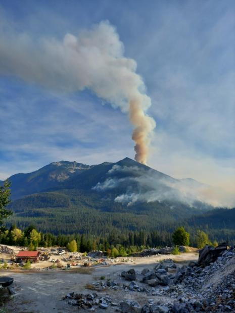Smoke column on the Nason Fire in August 2021..