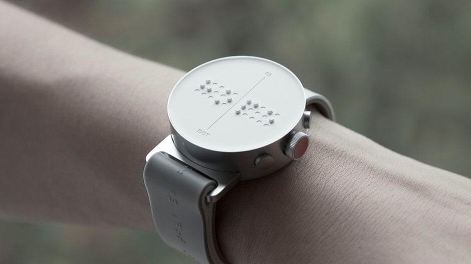 Um relógio Braille exemplificando Tecnologia Assistiva