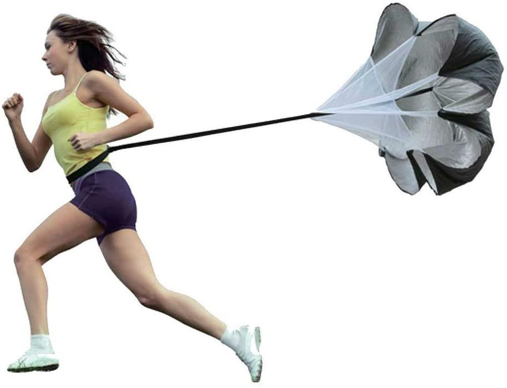 Mujer intentando correr lastrada por un paracaidas.