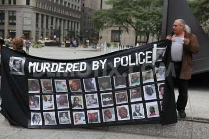 1408326016-chicago-activists-protest-police-killing-in-ferguson-missouri_5547682