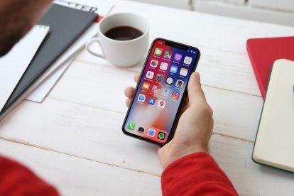 """Chama-se Home Quarentine e é uma aplicação para Android e iOS que governo da Polónia lançou, que serve para garantir que os pacientes diagnosticados como portadores de COVID-19 ficam em casa. Uma medida de prevenção inovadora, que """"obriga"""" os doentes a tirar selfies para comprovar que estão a cumprir a quarentena."""