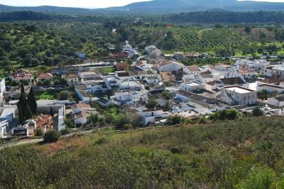 Santa Catarina da Fonte do Bispo situa-se numa zona mista de barrocal e serra no concelho de Tavira, Algarve