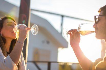 Casal a beber vinho da Adega Cooperativa de Vidigueira, Cuba e Alvito