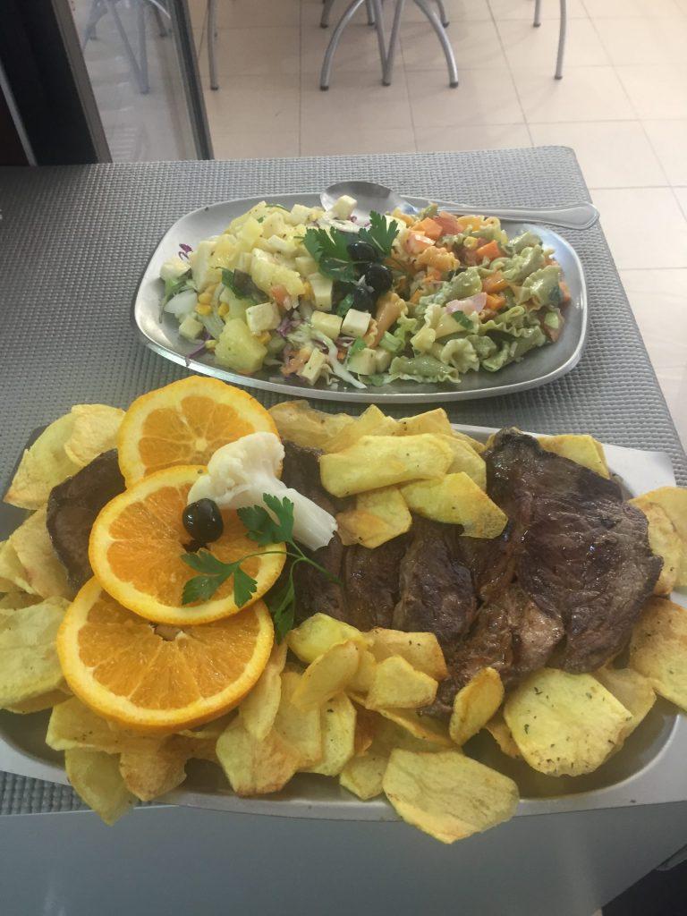 Prato de comida posta de carne com batatas e massa do restaurante O Tosco em Braga