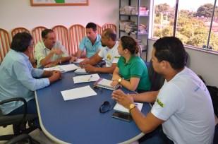Ao centro da mesa, o superintendente do Incra no Oeste do Pará, Luiz Bacelar Guerreiro. À esquerda dele, o chefe substituto da Divisão de Obtenção de Terras, Adriano Minello. Os demais são representantes do Instituto Socioambiental Floranativa.