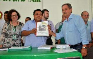 Superintendente do Incra Oeste do Pará, Luiz Bacelar, entrega RTID da comunidade Tiningu