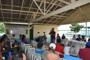 Superintende do Incra, Rogério Zardo, explica a importância dos planos de utilização a assentados no Aritapera, em Santarém (PA)