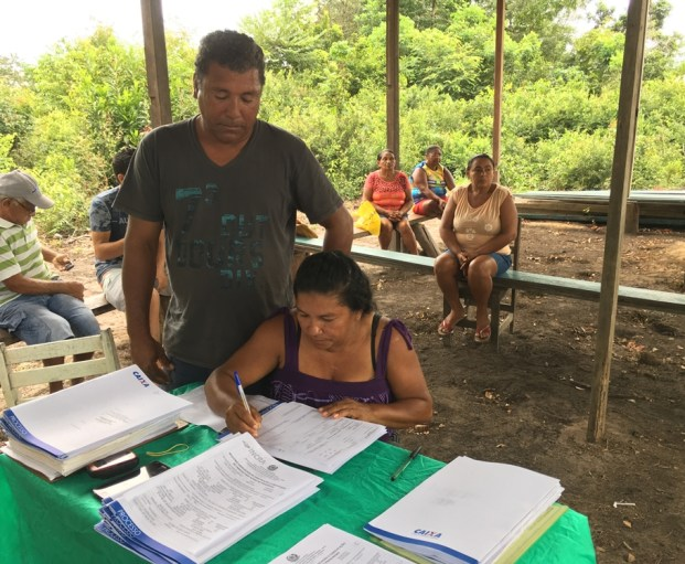 Assentados preenchem seus dados pessoais para envio e análise pela Caixa. Crédito: Incra Oeste do Pará/Luís Gustavo