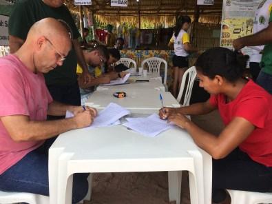 Superintendente do Incra no Oeste do Pará, Rogério Zardo, assina CCU entregue à família assentada