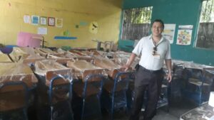 maestro con escritorios