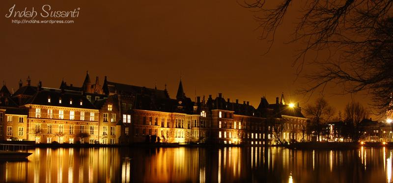 Het Binnenhof at night