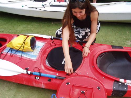 Sealing kayak hatch