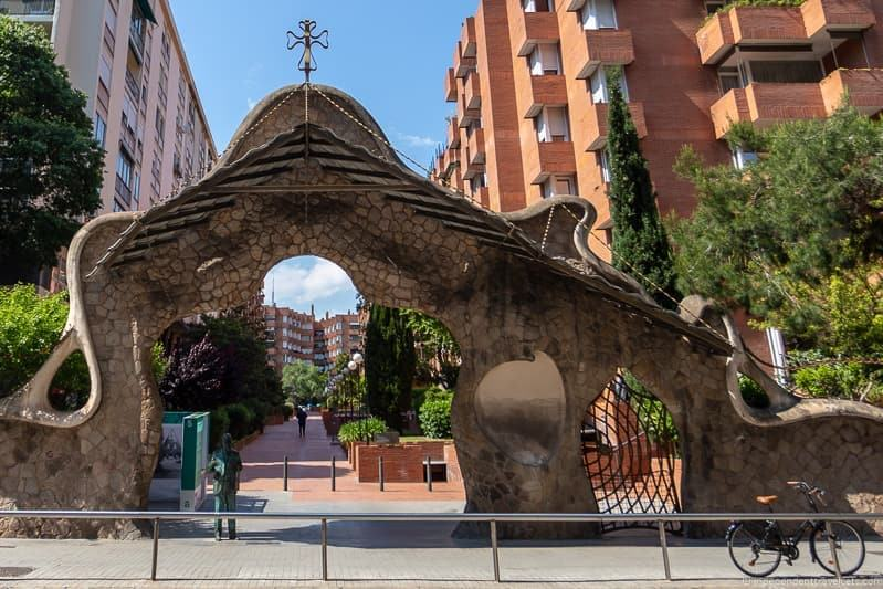 Portal Miralles guide to Gaudí sites in Barcelona Spain