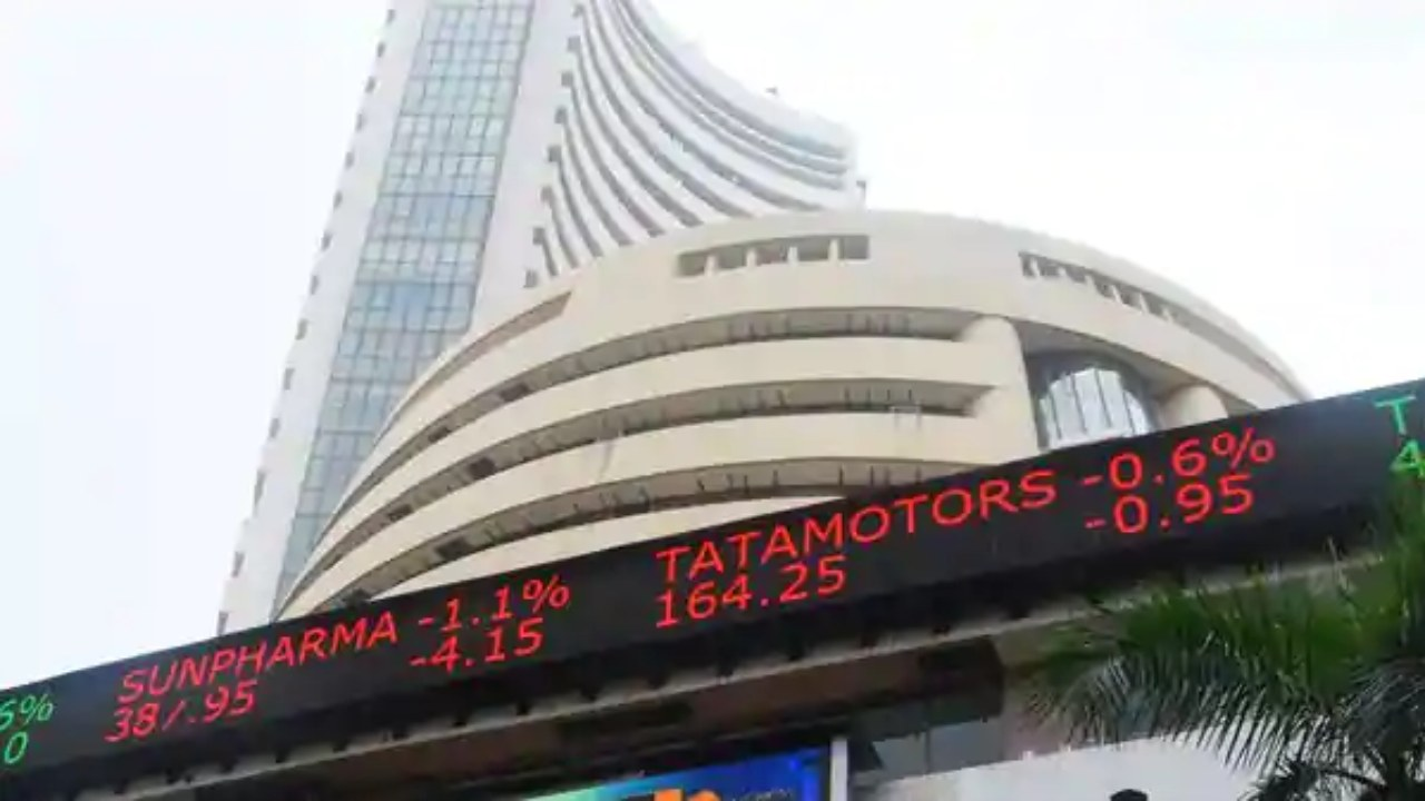 Sensex crashes by 900 points, Nifty down by 280 points as major indicators trade in red