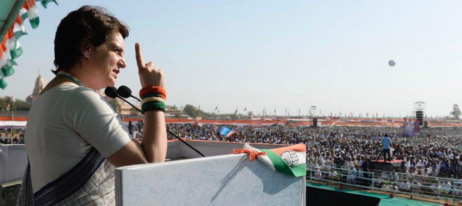 Приянка Ганди выступает на демонстрации ИНК в Гуджарате