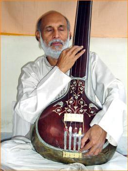 Swami Dhyan Pradeep playing Tanpura