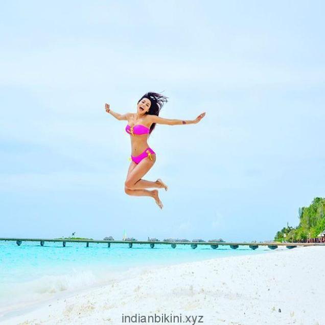 Gizele-Thakral-in-pink-bikini-pics