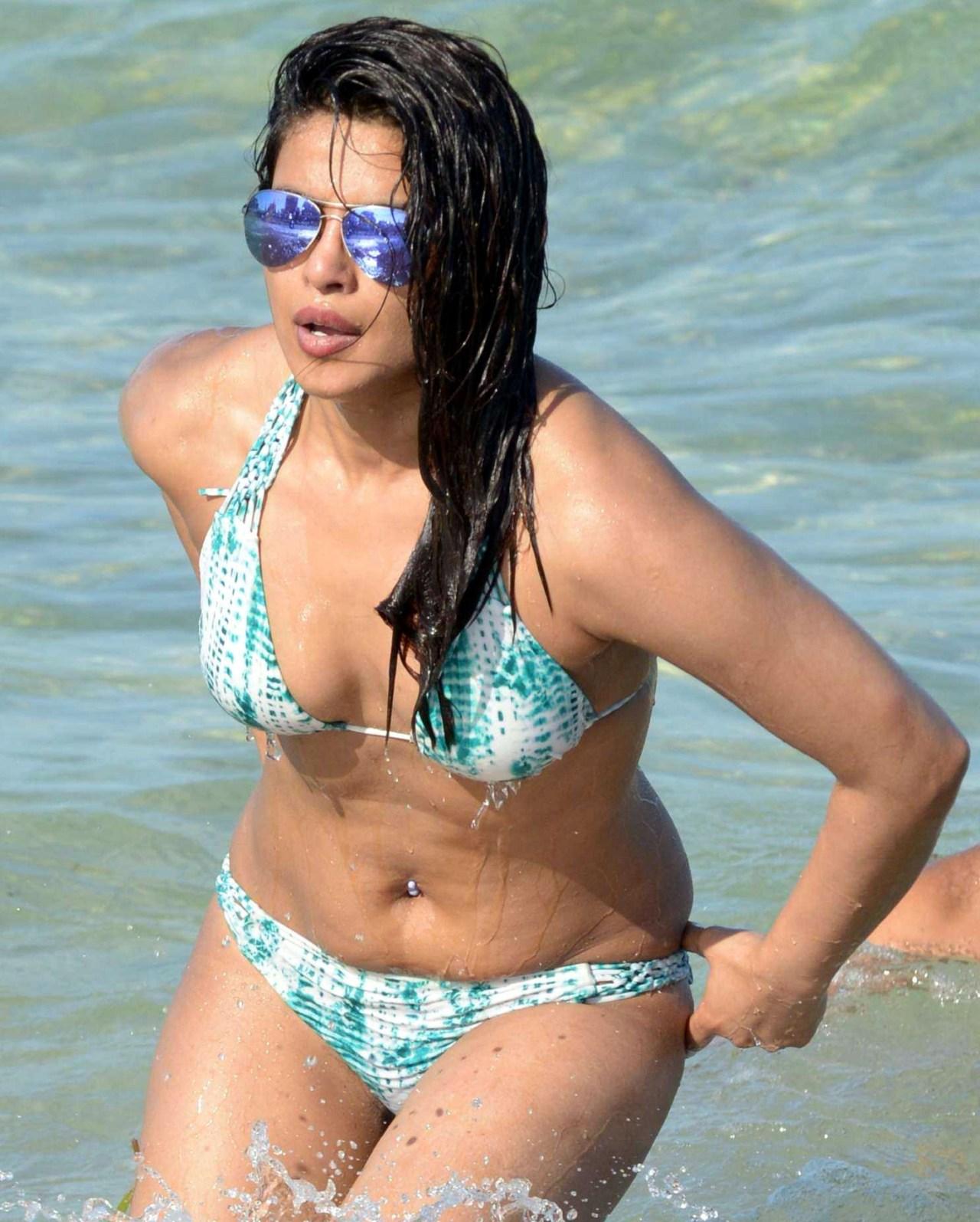 Priyanka Chopra_021_Baywatch Bikini
