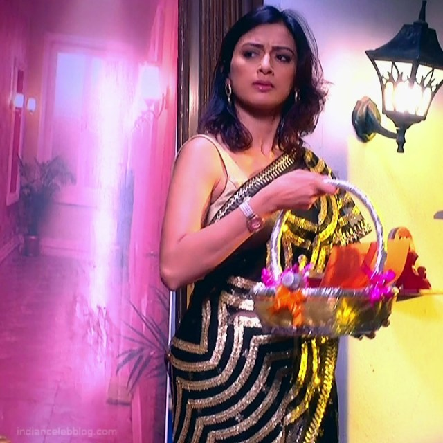 Gauri Pradhan Hindi TV actress TuAS15 Hot sleeveless sari pics