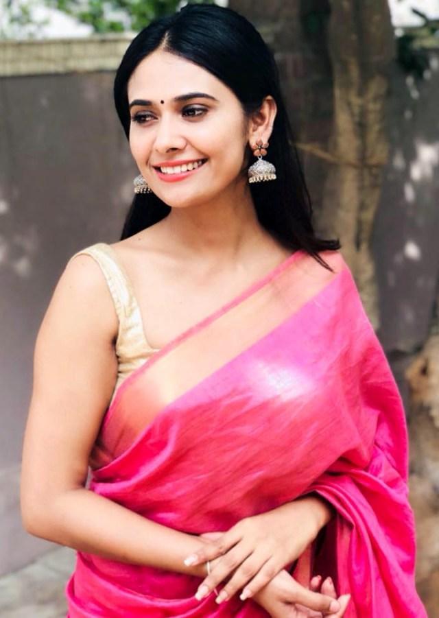Kavya Gowda Kannada TV actress 4 hot saree pics