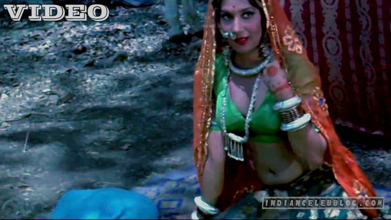 Bollywood yesteryear actress hot cleavage show Video clip
