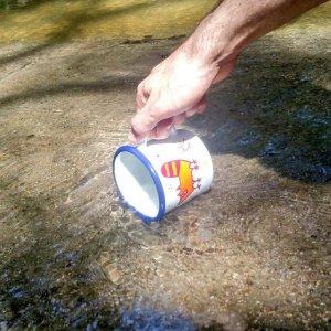 Llenando de agua la taza única para el juramento