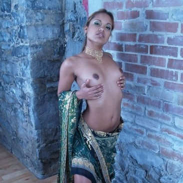 Desi Sexy Model Nude Photos In Saree Showing Ass And Tits