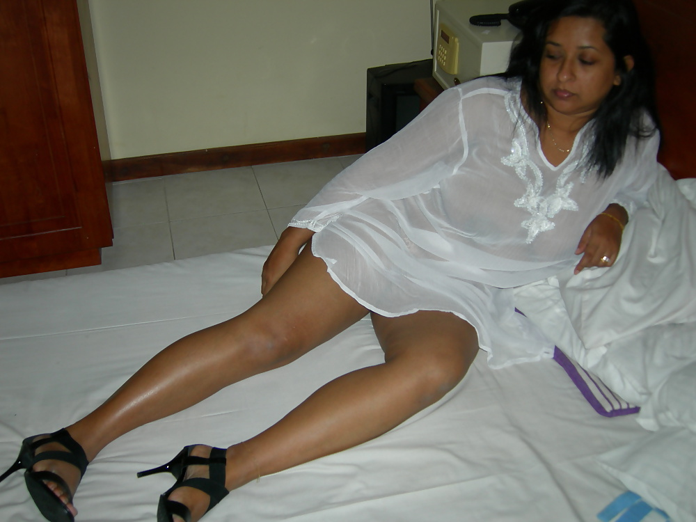 Desi Posh Aunty Nude In Star Hotel Enjoying With Bf-9106