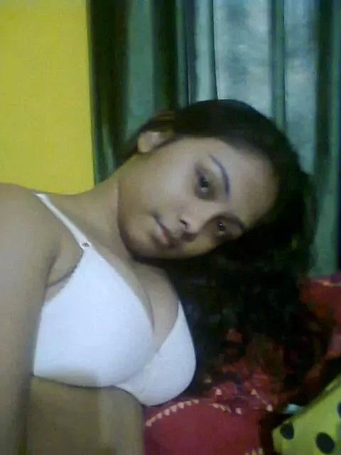 innocent looking indian girl nude selfies leaked 001