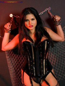 Sunny_Leone_Tied_with_Chain01