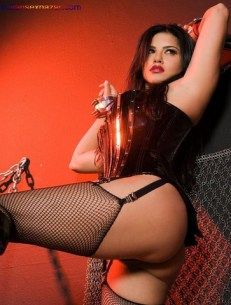 Sunny_Leone_Tied_with_Chain04