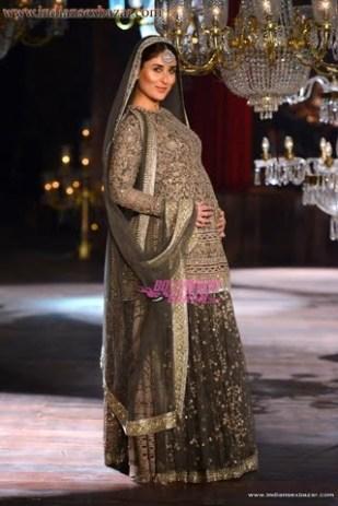 pregnant-kareena-kapoor-shows-off-beautiful-baby-bump-images13