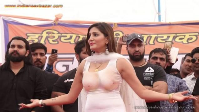 Sapna Choudhary Nude Porn Photos बिना ब्रा पहने सपना चौधरी स्टेज पर डांस करते हुए बोबे साफ दिख रहे है (1)